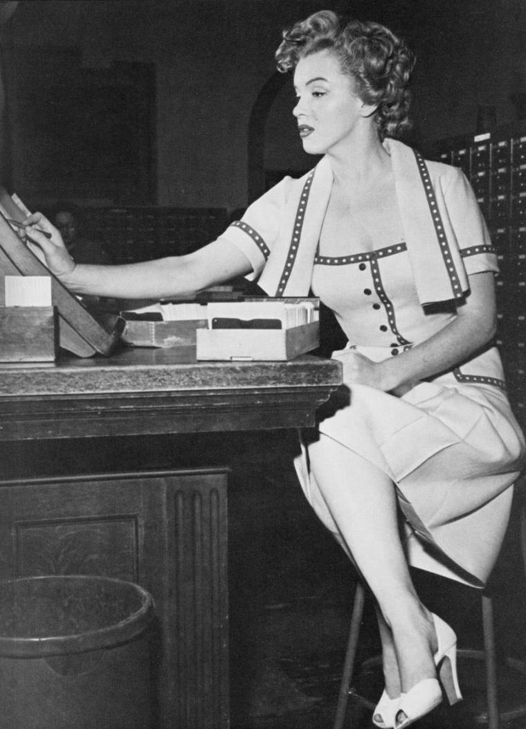 """1952 / Marilyn assista à la """"Junior Prom"""" à l'""""UCLA"""" (University of California Los Angeles) pour une campagne publicitaire en vue d'un article pour le magazine """"Movies day""""."""