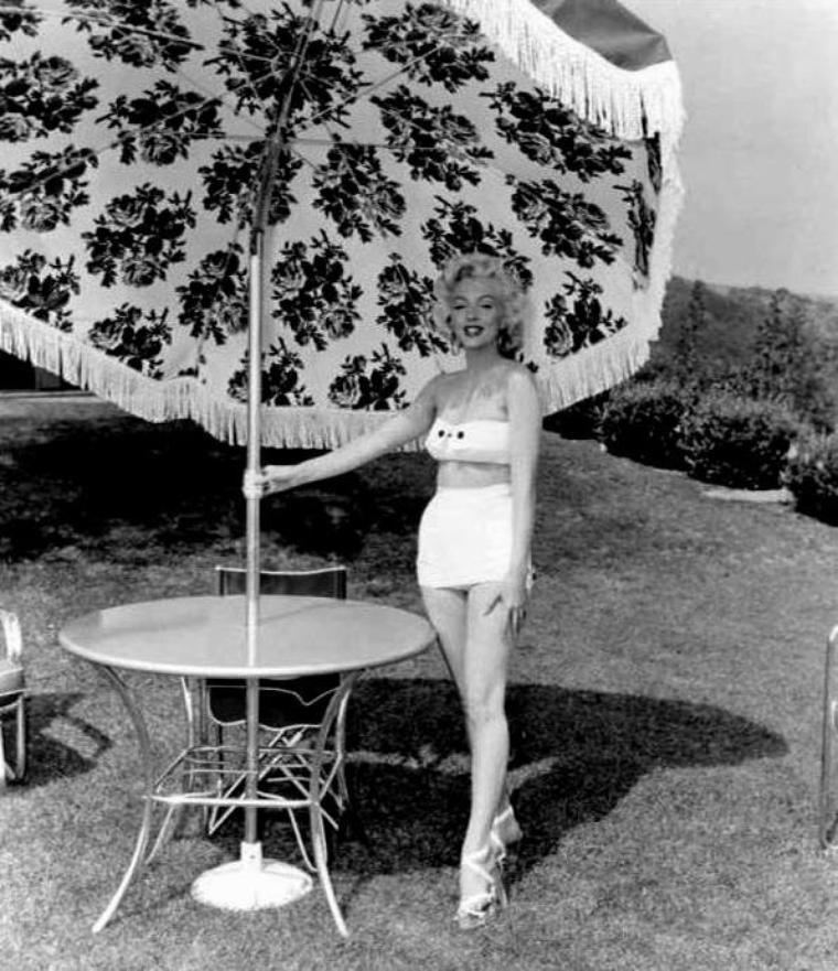 """1953 / En 1953, Marilyn fit une publicité, dans une brochure, pour le « SunMaster » des """"Garden Umbrella of California"""". (photos Mischa PELZ)."""