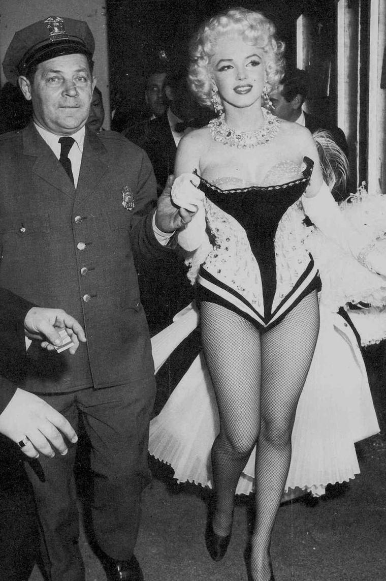 """1955 / Marilyn, juchée sur un éléphant paint en rose, défile au Madison Square Garden avec le """"Ringling Brothers Circus"""" afin de récolter des fonds pour une association de Mike TODD pour l'arthrite. (part 3, voir TAGS). (photos Milton GREENE et Ed FEINGERSH)."""