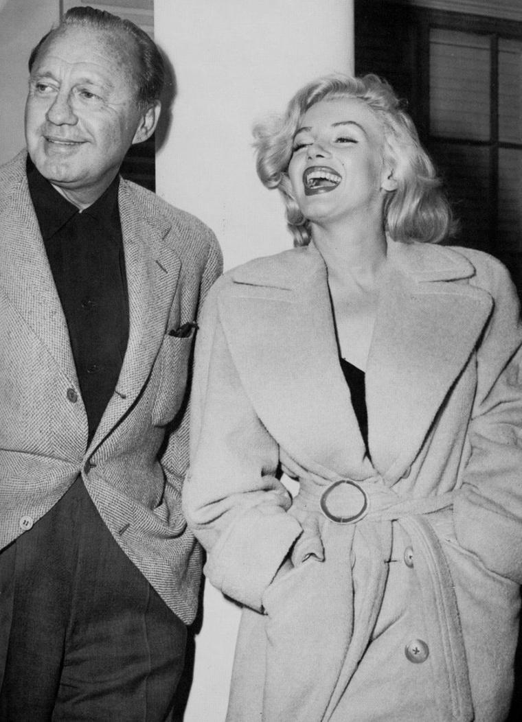 """1953 / Dimanche 26 Septembre... Marilyn fit ses débuts à la télévision avec l'animateur Jack BENNY dans le """"Jack BENNY Show"""",  enregistré au """"Shrine Auditorium"""". Les répétitions avaient eu lieu le jeudi 10 septembre. Marilyn jouait un sketch avec lui, « Honolulu Trip » et interpréta « Bye, bye, baby », chanson extraite de « Gentlemen prefer blondes ». L'émission fut diffusée sur CBS. Son contrat avec la Fox lui interdisait de toucher le moindre cachet pour ce genre de prestation, mais elle pouvait parfaitement accepter un cadeau en nature, comme la Cadillac décapotable noire avec intérieur en cuir rouge qu'elle reçut de Jack. A cette occasion, Marilyn porte la robe de la Première de """"How to marry a millionaire"""". (part 2, voir TAGS)."""