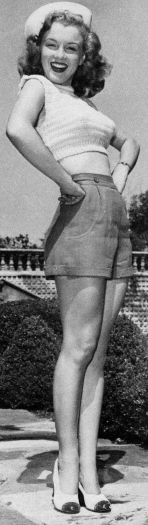 """1947 / Juillet, la jeune Marilyn accompagnée d'autres starlettes se rendent sur une base militaire de Marine's, afin de """"booster"""" leur départ pour la Corée, et pour l'occasion, à l'unanimité, ces derniers l'élisent """"Miss Morale of the Marine Corps""""."""