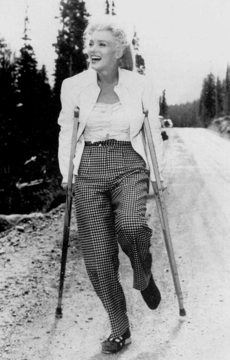 """1954 / Quand Joe retrouve sa belle au Canada, blessée lors d'une scène du film """"River of no return""""..."""