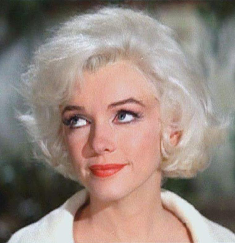 """1962 / Mes screens (captures d'écran) de Marilyn dans l'une des scènes de son dernier film inachevé """"Something's got to give"""". Elle décèdera quelques jours plus tard à l'âge de 36 ans, mon âge dans 2 jours... Une pensée plus forte donc dans mon coeur !"""