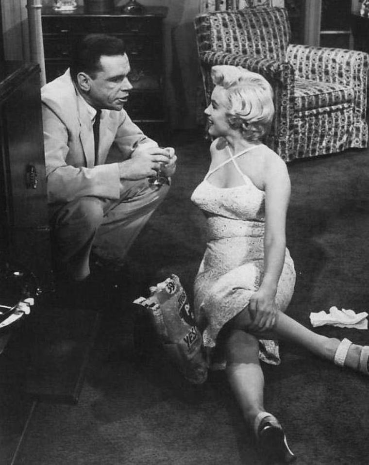 """1954 / Marilyn et Tom EWELL dans l'une des scènes du film """"The seven year itch"""". (certaines photos signées Sam SHAW)."""