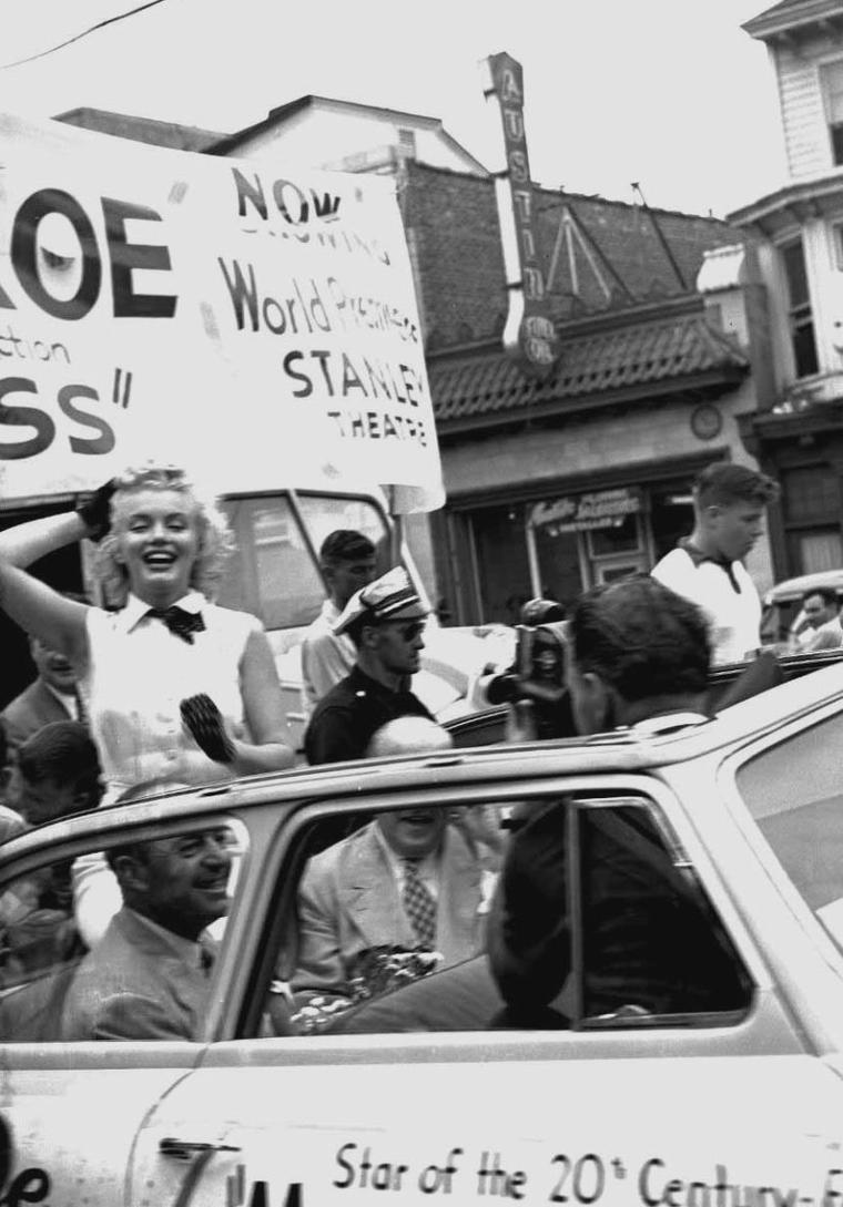 """1952 / Quand Marilyn parade dans les rues d'Atlantic-City pour la promotion de son film """"Monkey business""""... (part 2, voir TAGS)."""