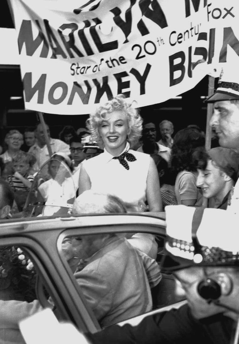 "1952 / Quand Marilyn parade dans les rues d'Atlantic-City pour la promotion de son film ""Monkey business""... (part 2, voir TAGS)."