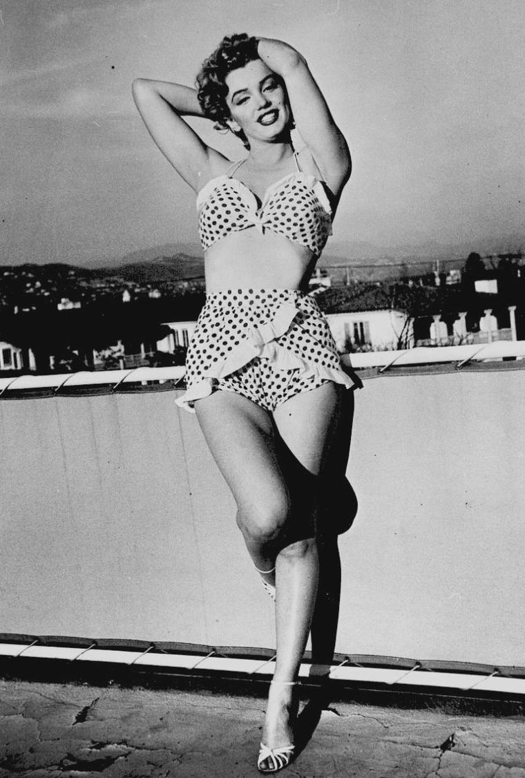 """1951 / Marilyn posant sur la terrasse du """"Beverly-Carlton Hotel"""" dans le fameux maillot à pois qu'elle porte dans le film """"Love nest"""". (part 2, voir TAGS)."""