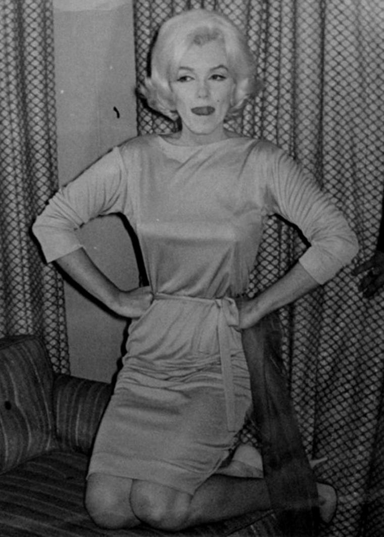"""1962 / Conférence de presse au """"Continental-HILTON Hotel"""" devant des centaines de journalistes où Marilyn se trouve en séjour à Mexico où elle s'est rendue afin d'y acheter des meubles et autres objets pour sa nouvelle villa à Beverly-Hills, de style hacienda espagnole. (part 3, voir TAGS)."""