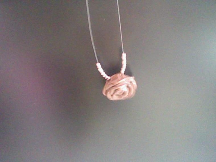 Collier rose marron avec micro-paillettes dorées.