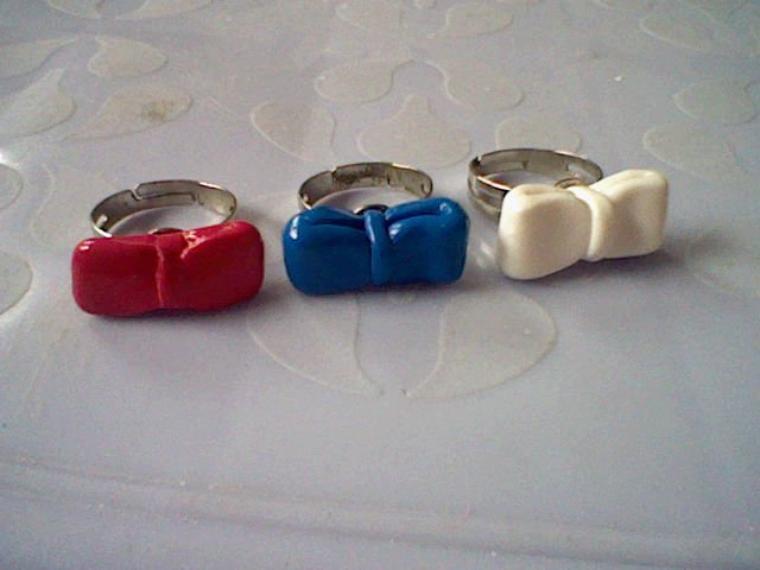 Bagues n½uds, rouge, bleue et blanche.