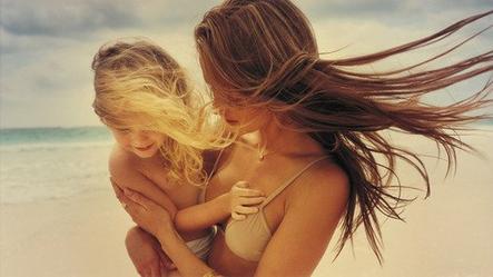 Une maman qui vous borde au lit laisse un parfum de sommeil   Une maman est semblable à une rose qui ne se fane jamais.Jean G