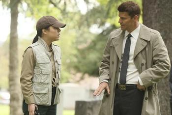 """• • On est toujours dans l'attente de la date officielle de reprise de la saison 7 de Bones. La série de la Fox est en pause depuis quelques semaines maintenant et ne reviendra qu'au printemps, après la diffusion de son spin-off, The Finder. Si l'accouchement de Bones sera clairement le moment le plus attendu des prochaines épisodes ! Une personne va faire son retour : l'Agent Shaw jouée par Tina Majorino. Elle est apparu dans le 6x22, et le 7x04 : elle va refaire surface, juste après la naissance du bébé de Booth et Brennan. Une fois de plus, elle assistera Booth sur le terrain :""""On en apprendra un peu plus sur son personnage durant cet épisode"""", annonce Stephen Nathan. Ci dessous : des photos de l'agent Shaw dans les épisodes de Bones où elle est apparue.  • •"""