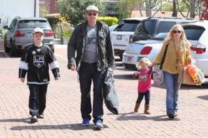 • • Le 24 Mars, David a été vu avec sa femme et ses enfants faisant du shopping dans malibu ! • •