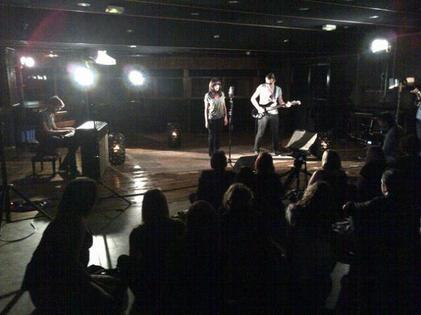 """Hier soir, Studio du Palais ... Silvio, Vous & moi. Merci ! / Jenifer a présenté en exclusivité quelques titres à des fans du fan club. Ils auraient également participé à une vidéo afin de promouvoir l'album de Jen """"L'amour & moi"""" !"""
