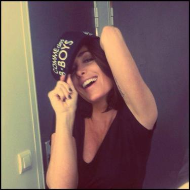 """Jenifer fait la promo de la marque de casquettes """"Comme des B-Boys"""" !"""