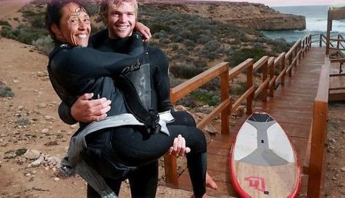 Paraplégique, elle surfe sur le dos d'un surfeur