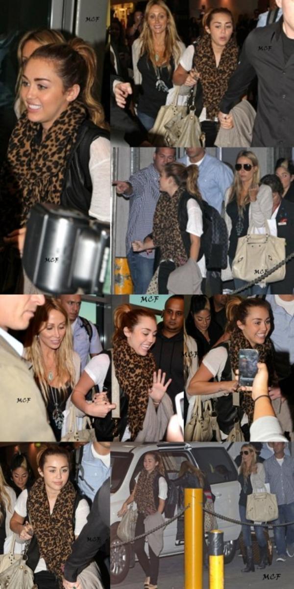 Miley a été photographiée arrivant à l'aéroport de Sydney aujourd'hui (25 juin), retrouvez des photos ainsi qu'une vidéo de fan ci-dessous !!!