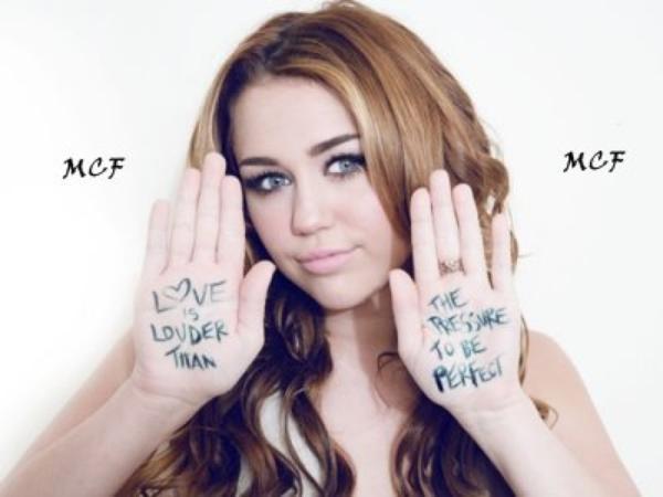 Miley Cyrus s'est joint a d'autres célébrités, dont Demi Lovato, pour représenter la campagne du magazine Seventeen « Love Is Louder Than the Pressure to Be Perfect », retrouvez ci-dessous une photo avec son descriptif !!!
