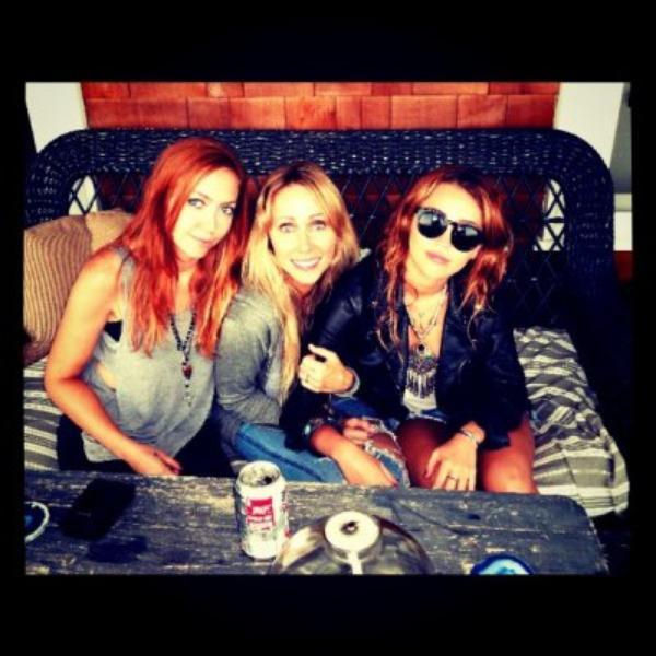 La soeur de Miley, Brandi, a posté une photo de sa mère et sa s½ur hier sur Twitter !!!