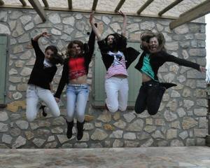 Une vie sans amis ne vaut pas la peine d'être vécue, car au fond, les moments que l'on oublie pas sont les moments d'amitié.
