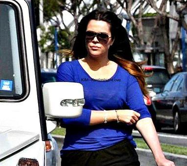 -->Khloé et Kim a Los Angeles après qu'une voiture est essayé de les percutés.