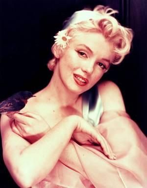 Marilyn MONROE, de son vrai nom Norma Jeane MORTENSON ou Norma Jeane BAKER comme indiqué sur son certificat de baptême, est une actrice et chanteuse américaine née le 1er juin 1926 à Los Angeles (Californie) et morte le 5 août 1962 dans la même ville.