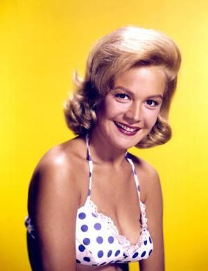 Sandra DEE, née Alexandra CYMBOLIAK ZUCK, est une actrice américaine, née le 23 avril 1942 à Bayonne, New Jersey (USA) et décédée le 20 février 2005 à Thousand Oaks, Californie (États-Unis).