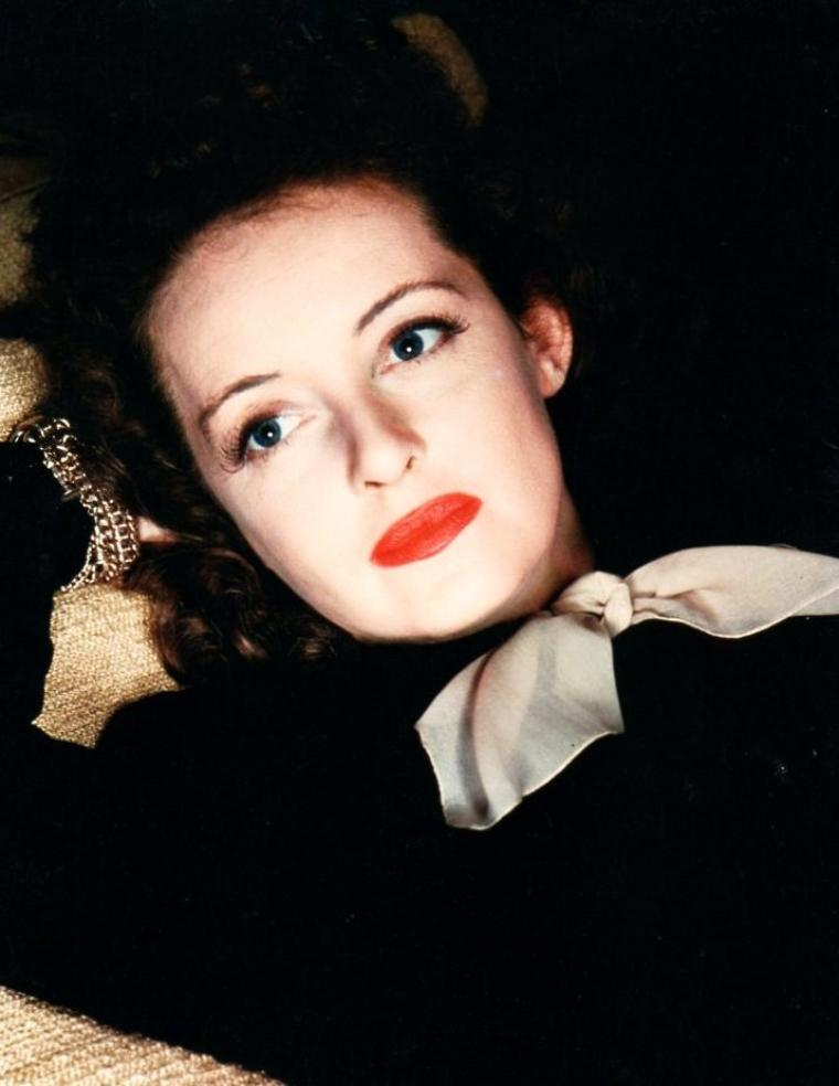 Ruth Elizabeth DAVIS (née le 5 avril 1908 à Lowell, Massachusetts, États-Unis et décédée le 6 octobre 1989 à Neuilly-Sur-Seine, France) plus connue sous le nom de Bette DAVIS, est une actrice américaine de cinéma, renommée pour sa forte personnalité et son talent artistique étalé sur une carrière longue de six décennies et composée de plus d'une centaine de films.