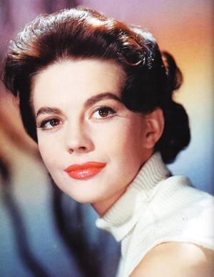 Natalie WOOD, née Natalia NIKOLAEVNA ZAKHARENKO (Наталья Николаевна ахаренко), aussi connue sous le nom de Natasha GURDIN, est une actrice américaine, née le 20 juillet 1938 à San Francisco (Californie) et morte le 29 novembre 1981 près de l'île Santa Catalina (Californie).