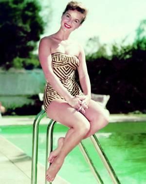 """Debbie REYNOLDS est une actrice américaine née le 1er avril 1932 à El Paso (Texas). Elle est également la mère de l'actrice Carrie FISHER, connue pour son rôle de princesse Leia ORGANA dans la trilogie """"Star Wars""""."""