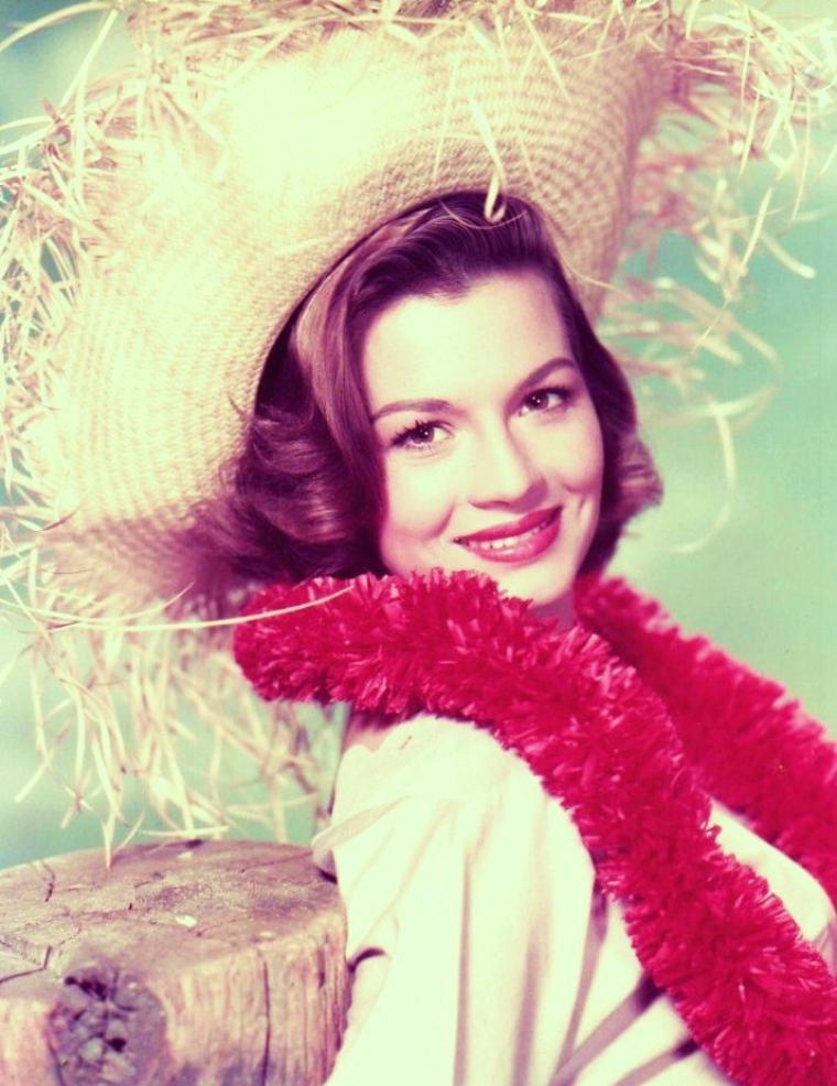 """Angie DICKINSON est une actrice américaine née le 30 septembre 1931 à Kulm, dans le Dakota du Nord, États-Unis. En France, elle est surtout connue pour ses rôles de femme policier dans des séries télévisées des années 1970 (""""Police Story"""" et surtout """"Sergent Anderson""""), dont le succès populaire ouvrit la voie à ce nouveau répertoire pour les actrices."""