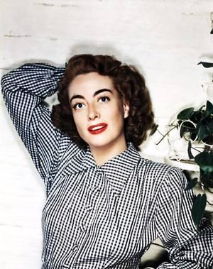 Joan CRAWFORD, de son vrai nom Lucille Fay LeSUEUR, est une actrice et une productrice américaine née le 23 mars 1905 à San Antonio au Texas, morte le 10 mai 1977 à New York. Joan CRAWFORD est l'une des stars les plus symboliques de l'âge d'or d'Hollywood. Sa carrière couvre, sur plus de quarante ans, les différentes époques des grands studios américains. Elle joua les filles délurées (les « flappers ») des années folles, les jeunes femmes arrivistes dans les années 1930, les femmes victimes dans des mélodrames des années 1940 et 1950.