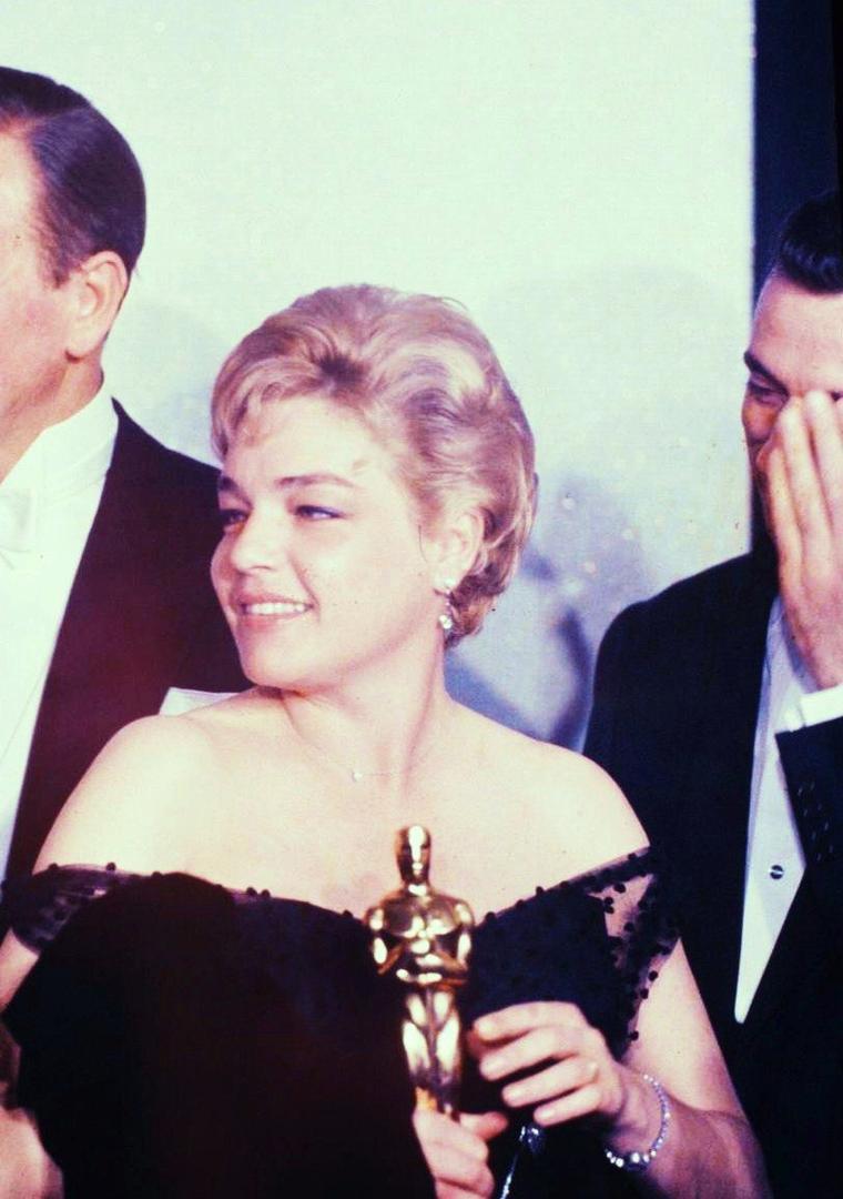Simone SIGNORET, de son vrai nom Simone KAMINKER, est une actrice et écrivaine française, née le 25 mars 1921 à Wiesbaden (Allemagne) et morte le 30 septembre 1985 à Autheuil-Authouillet (Eure).