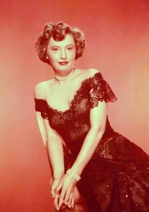 Barbara STANWYCK (née Ruby Catherine STEVENS) est une actrice américaine née le 16 juillet 1907 à Brooklyn dans l'État de New York aux États-Unis, décédée le 20 janvier 1990 à Santa Monica en Californie. D'une enfance difficile, Barbara STANWYCK a tiré une force et une volonté hors du commun. Elle commence au cinéma dès les débuts du parlant et est propulsée par le metteur en scène Frank CAPRA qui lui donne des rôles dignes de son talent d'actrice. Elle atteint des sommets en incarnant les stéréotypes de l'héroïne du film noir. Elle excelle dans les genres cinématographiques les plus variés : le mélodrame, le western, le film policier, le film noir, la comédie, le film social. Elle a été sélectionnée 4 fois à l'Oscar et a reçu en 1982 un Oscar d'honneur.