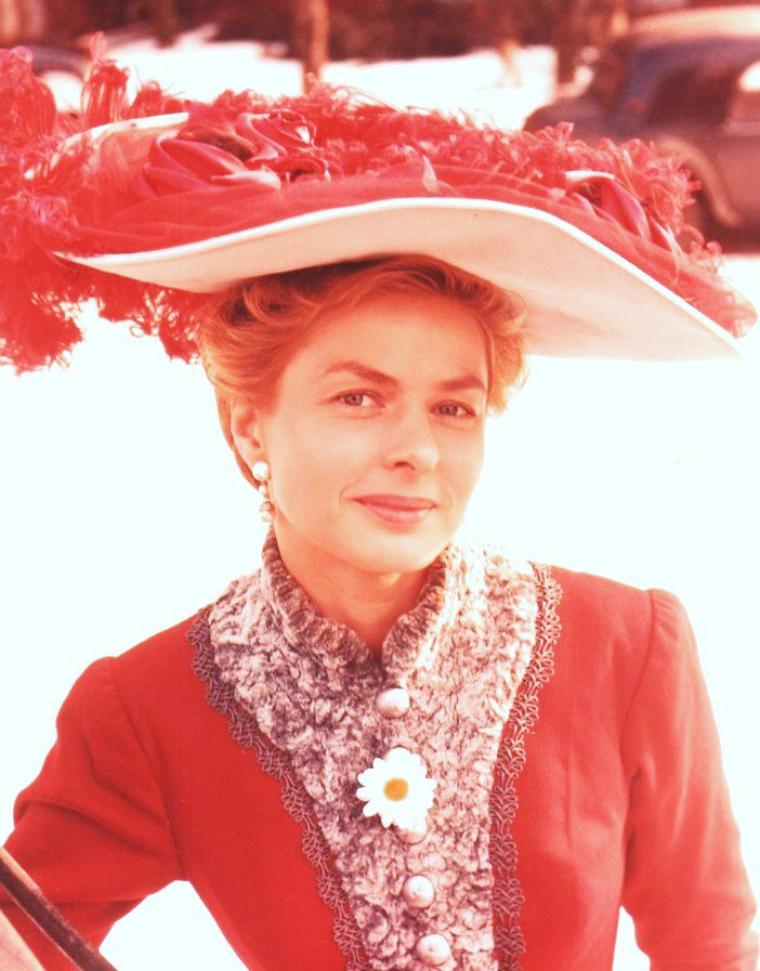 """Ingrid BERGMAN, née le 29 août 1915 à Stockholm, Suède, décédée le 29 août 1982 à Londres, Royaume-Uni, est une actrice suédoise. Ingrid BERGMAN a déjà tourné quelques films en Suède lorsque le producteur David O. SELZNICK lui propose en 1939 de reprendre le rôle principal du remake américain d'""""Intermezzo"""", ce qui la fait connaître dans son pays. Sa carrière internationale est lancée et sa popularité s'accroit de films en films : """"Casablanca"""", """"Pour qui Sonne le Glas"""", """"Hantise"""" (qui lui vaut l'Oscar de la meilleure actrice) et """"Jeanne d'Arc"""" en font la star mondiale la plus désirée et la mieux rémunérée."""