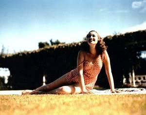 """Dorothy LAMOUR, de son vrai nom Mary Leta Dorothy STANTON, était une actrice et chanteuse américaine née le 10 décembre 1914 à La Nouvelle-Orléans et décédée le 22 septembre 1996 à Los Angeles. Dorothy LAMOUR fut lancée par la Paramount Pictures en 1936. Surnommée la « Princesse au sarong », elle acquit une grande popularité en incarnant la fille de type exotique dans de nombreux films d'aventures. Elle deviendra ensuite la partenaire privilégiée de Bob HOPE et de Bing CROSBY dans la célèbre série de films des """"En route vers…"""" avec toujours le même succès. Elle a été élue Miss Nouvelle-Orléans en 1931."""