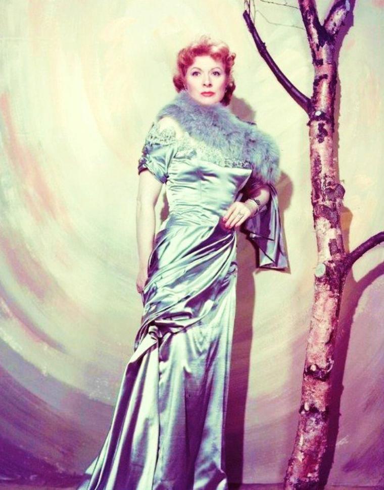 """Greer GARSON, de son vrai nom Eileen Evelyn GARSON, est une actrice anglaise née le 29 septembre 1904 à Londres (bien qu'ayant toujours prétendue être née en Irlande) et décédée le 6 avril 1996 à Dallas au Texas. Elle est surtout restée célèbre pour son rôle de mère et épouse-courage dans """"Madame Miniver"""" de William WYLER en 1942, qui lui valut l'Oscar de la meilleure actrice."""