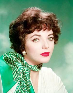Joan COLLINS (OBE ; Ordre de l'Empire Britannique), est une actrice anglaise, née le 23 mai 1933 à Londres.