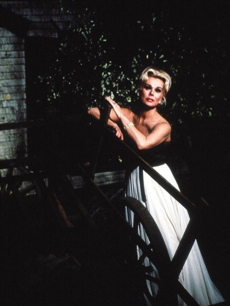 """Eva GABOR, née le 11 février 1919 à Budapest (Hongrie), morte le 4 juillet 1995 à Los Angeles (Californie), est une actrice américaine, d'origine hongroise. Elle est principalement connue pour son rôle de Lisa DOUGLAS, l'épouse du personnage d'Eddie ALBERT : Oliver WENDELL DOUGLAS, dans la série """"Les Arpents verts"""". Ses deux s½urs Zsa Zsa GABOR et Magda GABOR étaient également actrices. Toutes les trois sont aussi connues pour leurs nombreux mariages et divorces."""