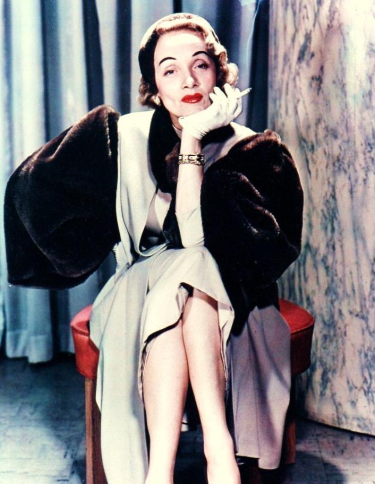 Marlène DIETRICH (en allemand et en anglais : Marlene DIETRICH), née Marie Magdalene DIETRICH, est une actrice et chanteuse, née le 27 décembre 1901 à Berlin-Schöneberg, en Allemagne, naturalisée américaine à 36 ans, et décédée le 6 mai 1992 à Paris en France. Elle fut un temps la muse du cinéaste Josef Von STERNBERG.