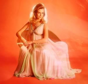 """Elizabeth Victoria MONTGOMERY, née le 15 avril 1933 à Los Angeles Californie et décédée le 18 mai 1995 à Beverly Hills Californie, était une actrice de cinéma devenue célèbre en interprétant le rôle de Samantha dans le feuilleton télévisé """"Ma sorcière bien-aimée""""."""