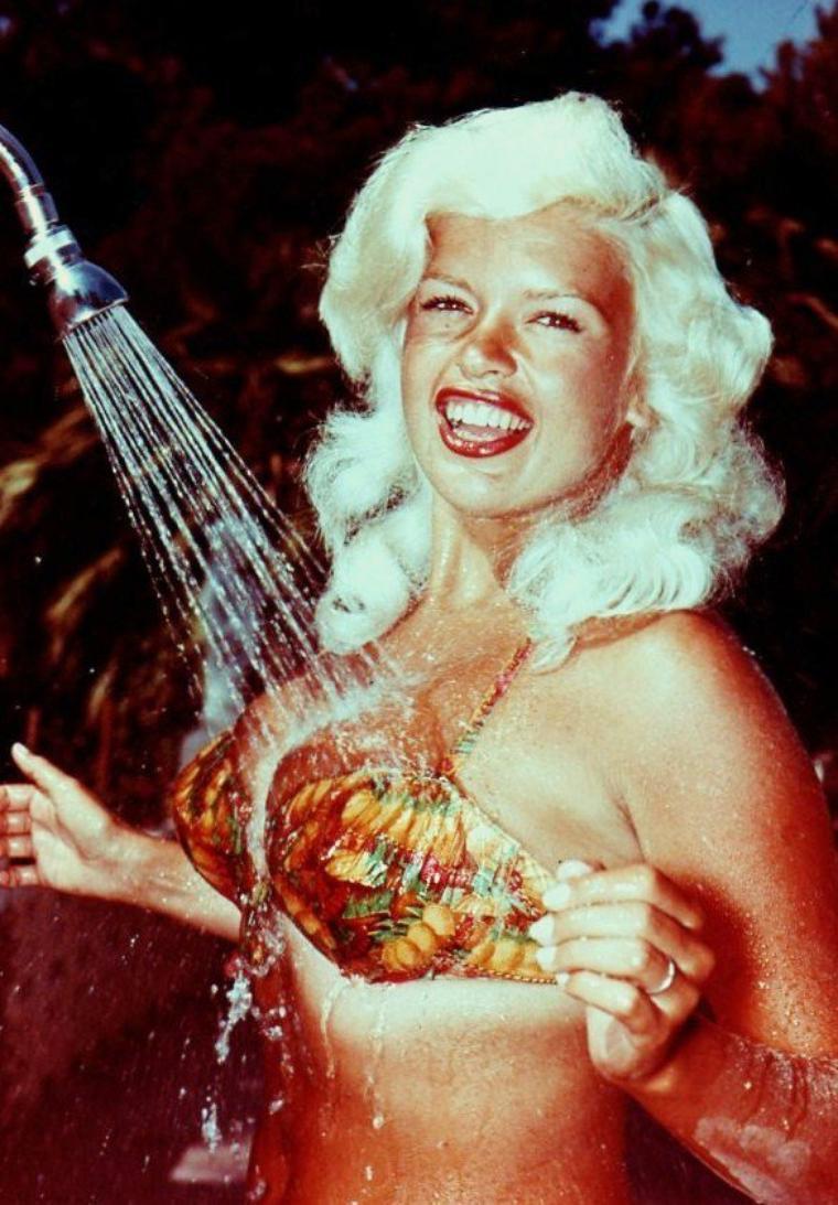 """Jayne MANSFIELD (19 avril 1933 – 29 juin 1967) née Vera Jane PALMER, à Bryn Mawr en Pennsylvanie, est une actrice américaine et, avec Marilyn MONROE, l'un des plus célèbres sexe-symboles des années 1950. Elle fut playmate pour le magazine """"Playboy"""" en février 1955."""