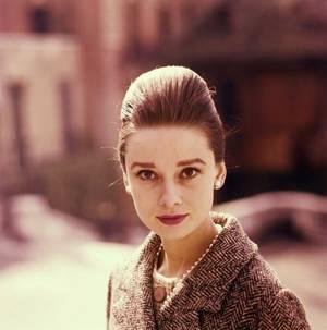 Audrey HEPBURN est une actrice britannique, née Edda (ou Audrey) Kathleen RUSTON le 4 mai 1929 à Ixelles (Belgique), morte le 20 janvier 1993 à Tolochenaz (Suisse).