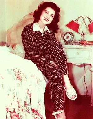 Debra PAGET, de son vrai nom Debralee GRIFFIN, née le 19 août 1933 à Denver au Colorado, est une actrice américaine. Elle débute en tant que danseuse puis continue sa carrière au théâtre et au cinéma dès 1948.