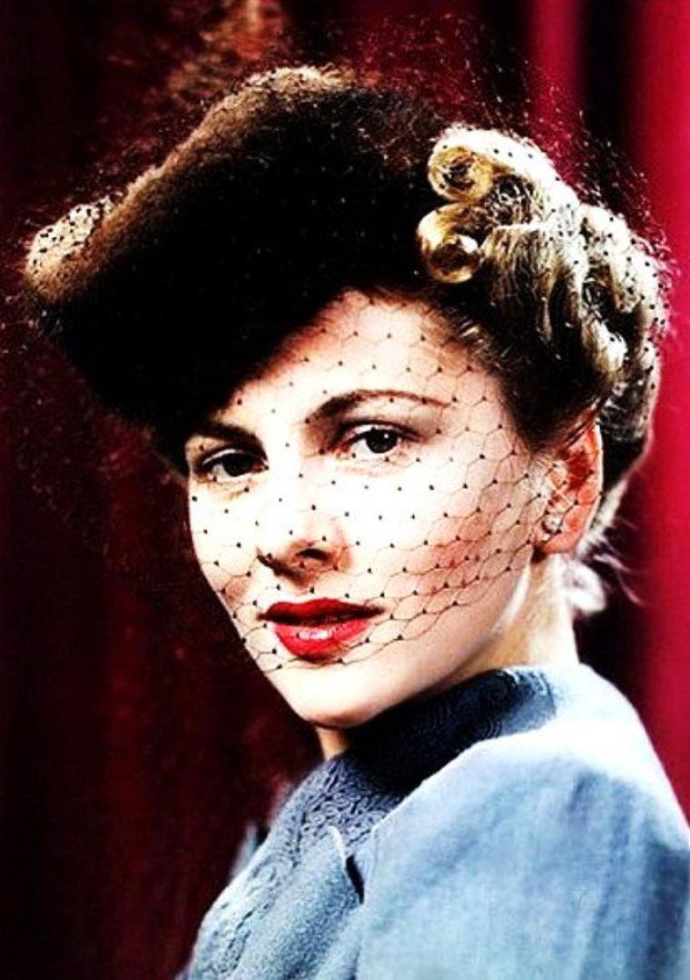 Joan FONTAINE, de son vrai nom Joan De BEAUVOIR De HAVILLAND, est une actrice britannique, née à Tokyo le 22 octobre 1917, naturalisée américaine en avril 1943. Elle est la s½ur cadette — plus jeune de quinze mois — de l'actrice Olivia De HAVILLAND avec laquelle elle sera en conflit quasi-permanent.