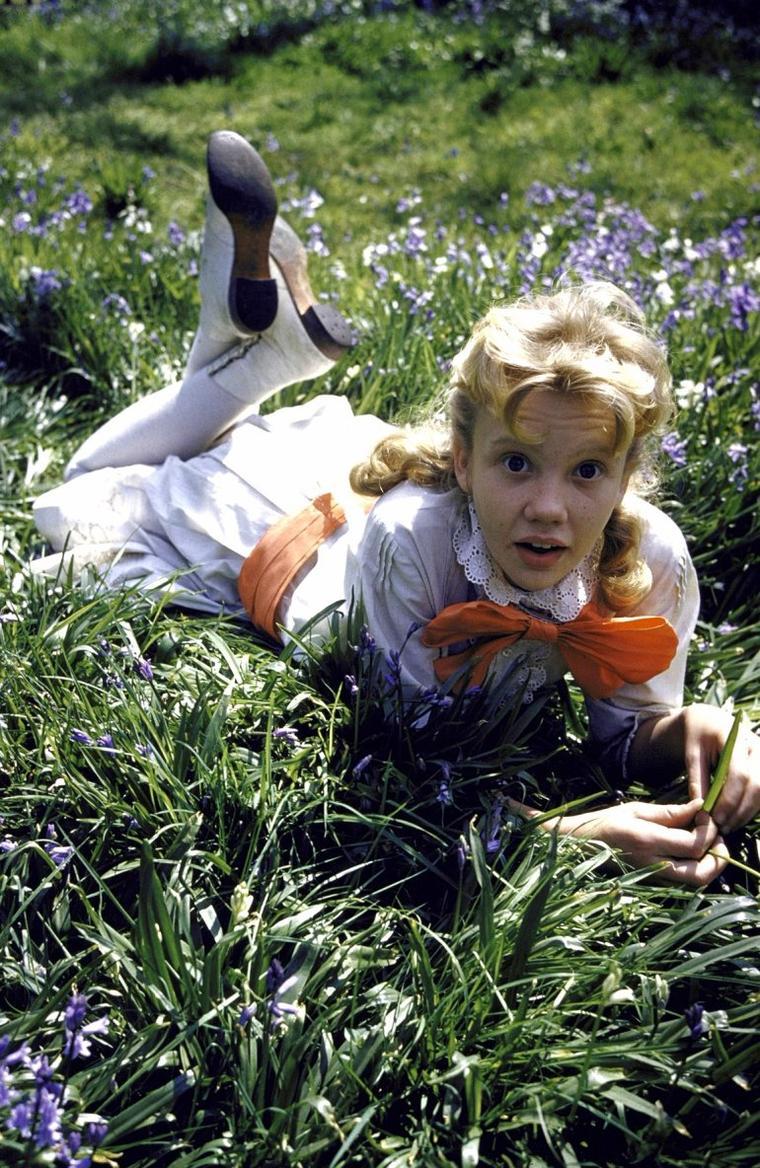 Hayley MILLS, née le 18 avril 1946 à Londres, Royaume-Uni, est une actrice britannique et un ancien enfant acteur. Elle est apparue dans de nombreux projets de Walt Disney Pictures entre 1960 et 1965.