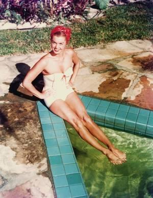 Esther Jane WILLIAMS est une nageuse de compétition et une actrice américaine née le 8 août 1921 à Inglewood en Californie, décédée le 6 Juin 2013 à Beverly-Hills, rendue célèbre par ses films musicaux comportant des scènes de natation et de plongeons.