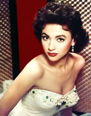 Rita MORENO est une actrice portoricaine née le 11 décembre 1931 à Humacao (Porto Rico).