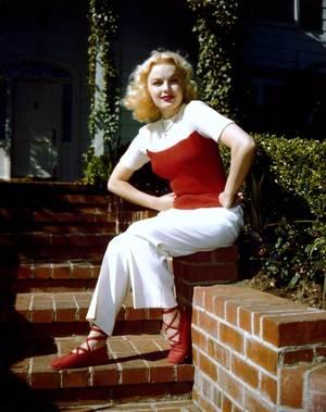 June HAVER (née June STOVENOUR) est une actrice américaine née le 10 juin 1926 à Rock Island, Illinois aux États-Unis, décédée le 4 juillet 2005 à Brentwood (Californie).