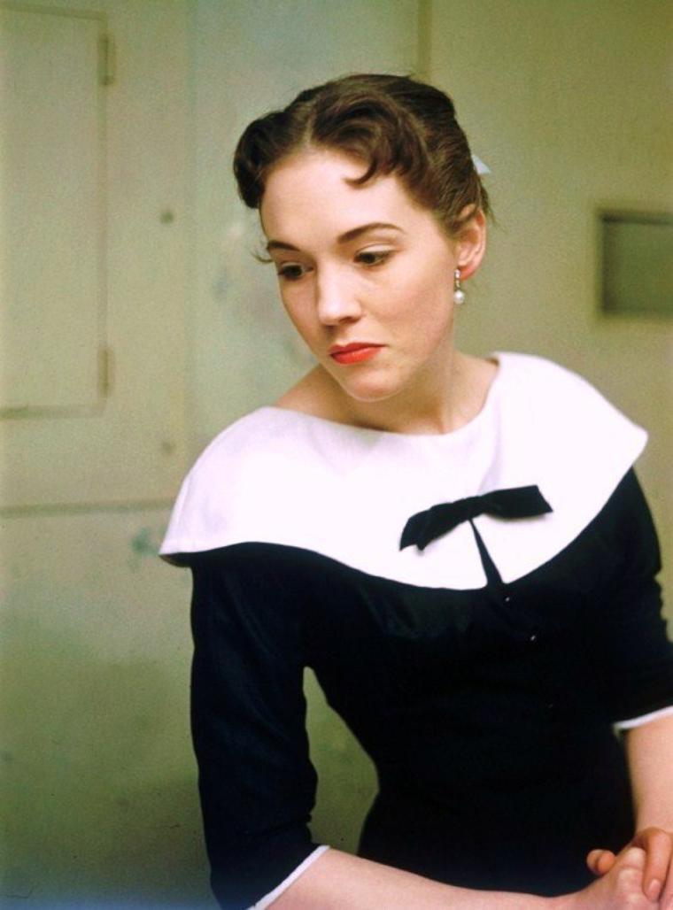 """Dame Julie ANDREWS, née Julia Elizabeth WELLS le 1er octobre 1935 à Walton-on-Thames (Surrey), est une actrice et chanteuse britannique. Elle est surtout connue pour ses rôles dans """"Mary Poppins"""", """"La Mélodie du bonheur"""" et """"Victor Victoria"""". Elle a été anoblie par la reine Elisabeth II le 31 décembre 1999."""